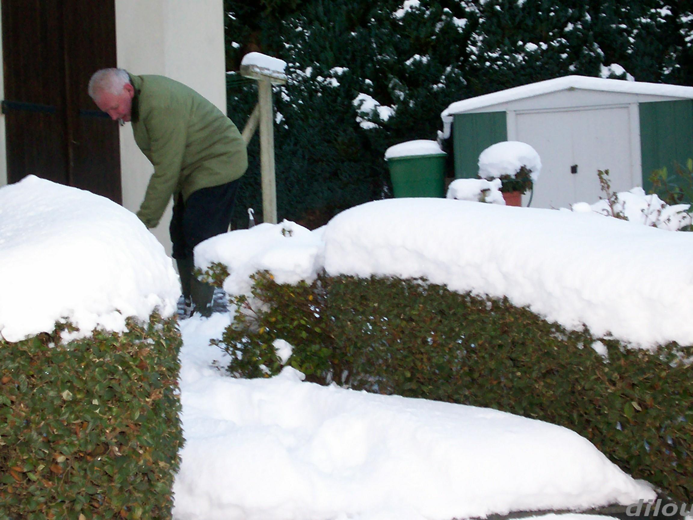 Quand la neige est la il faut deblayer devant la porte - Quand faut il tailler la vigne ...